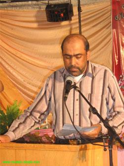 آقاي عزيز علي نيا در حال خواندن شعر